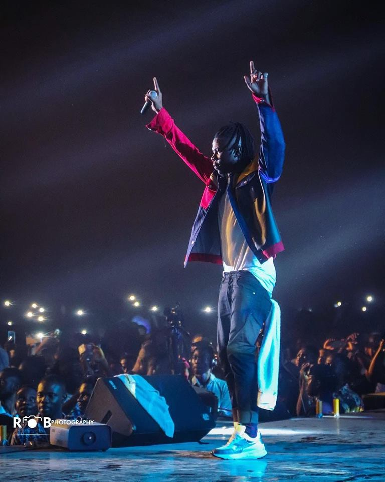 Fan Of Stonebwoy Gifts Him $50,000 On Stage At His Concert (Video)