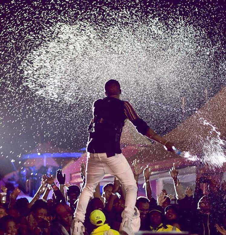 Wizkid brings down KICC with an electrifying performance despite the rain!