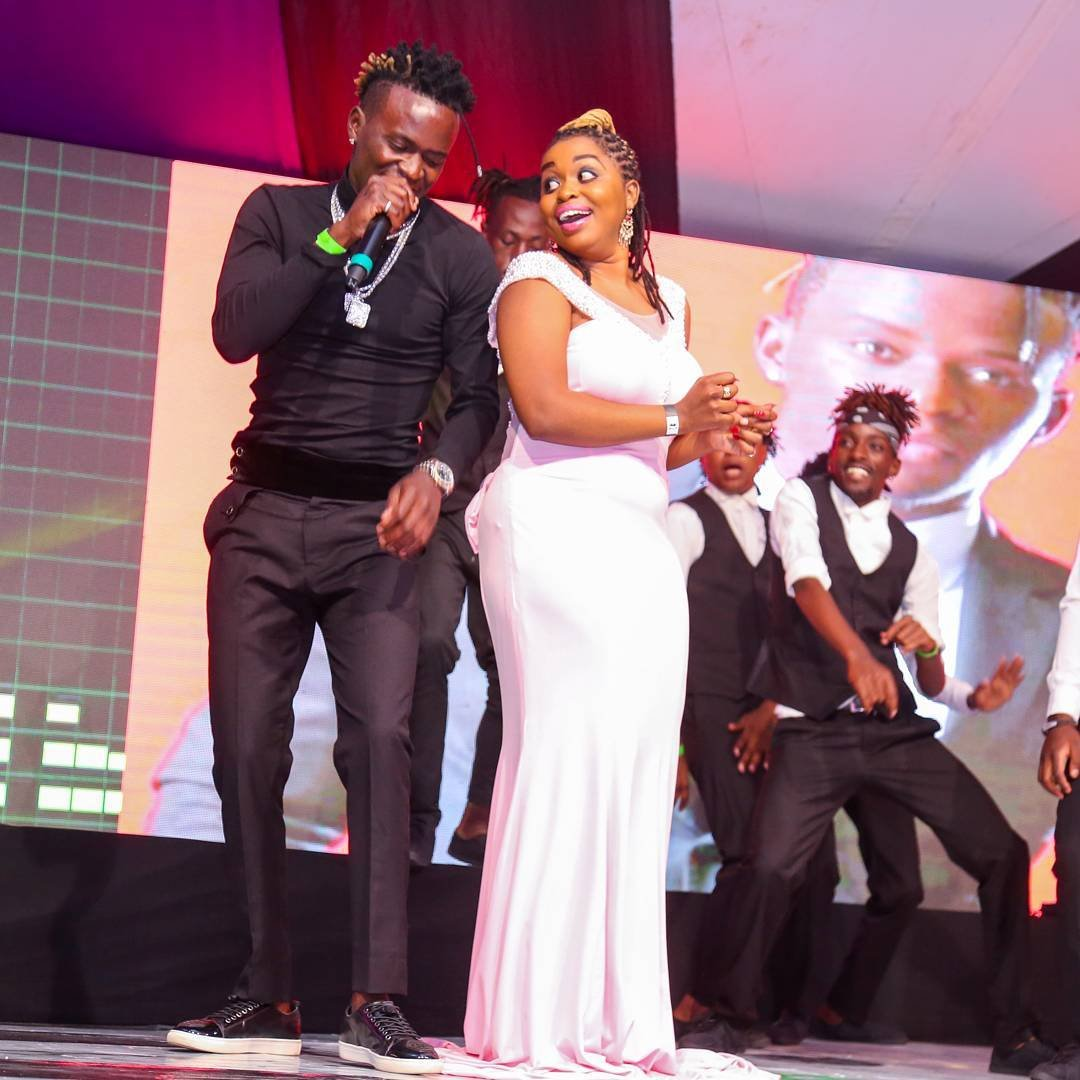 Willy Paul's performance on New Years sparks different reactions after this lady got on stage with her tight mini dress (video)