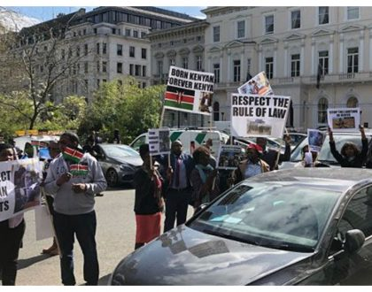 Handshake doesn't apply in UK! President Uhuru gets a rude welcome in London from demonstrating Kenyans (Video)