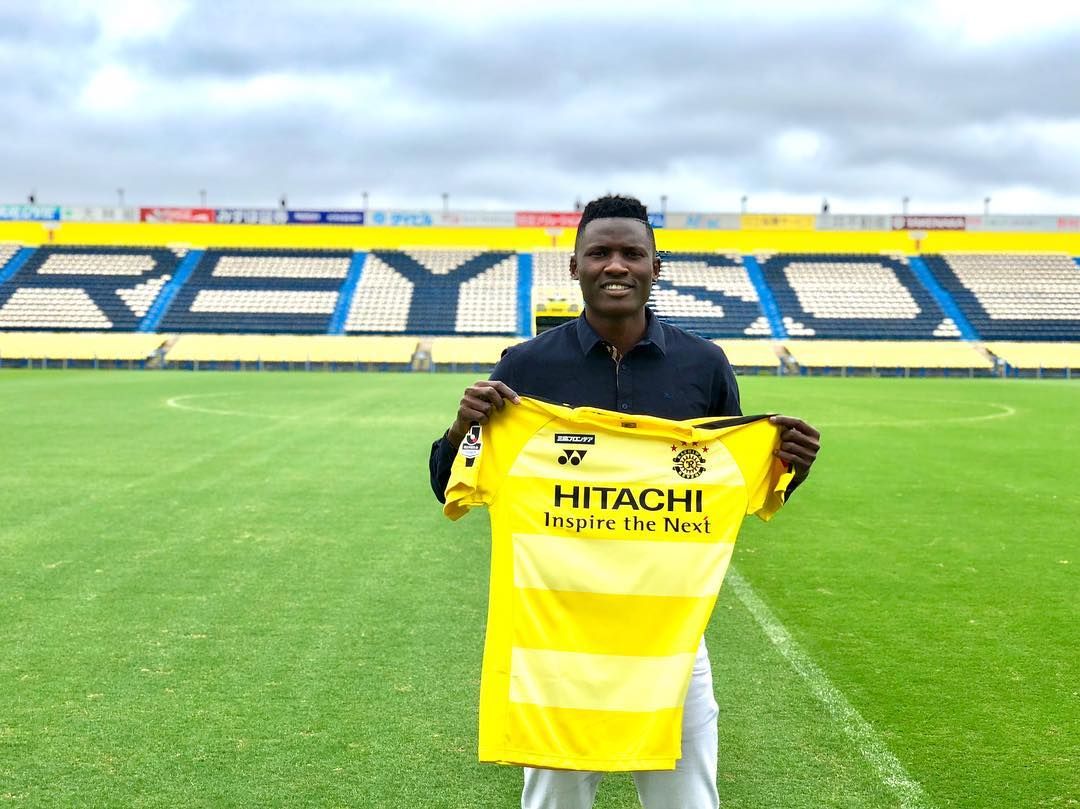 Olunga displays Kashiwa Reysol's jersey