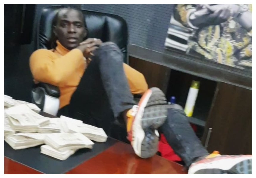 Willy Paul flaunts wads of cash at his office.... Big mistake