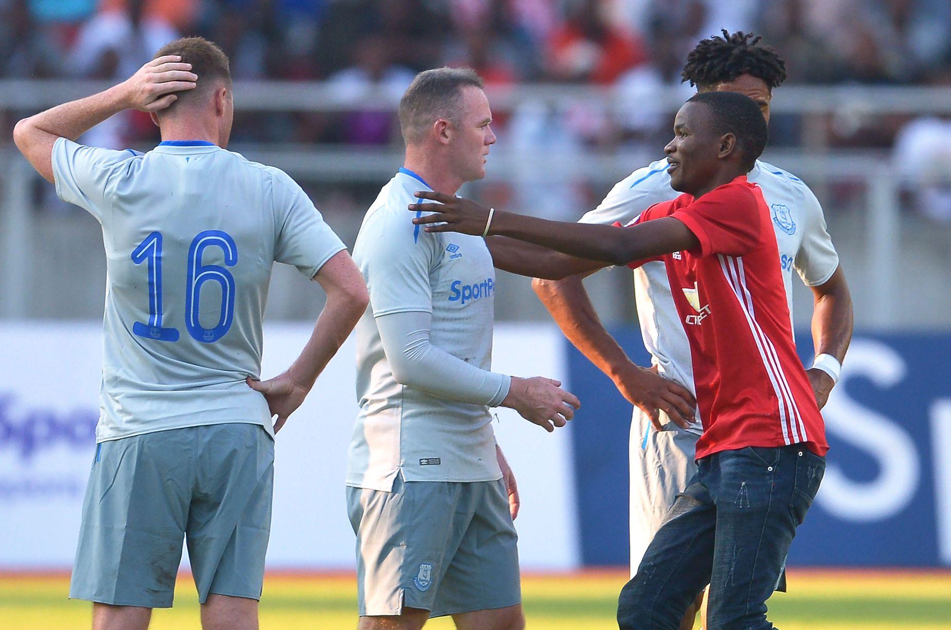 Picha 5 za shabiki wa Man United aliyeingia uwanjani kumkumbatia Rooney Gor Mahia ikimenyana na Everton