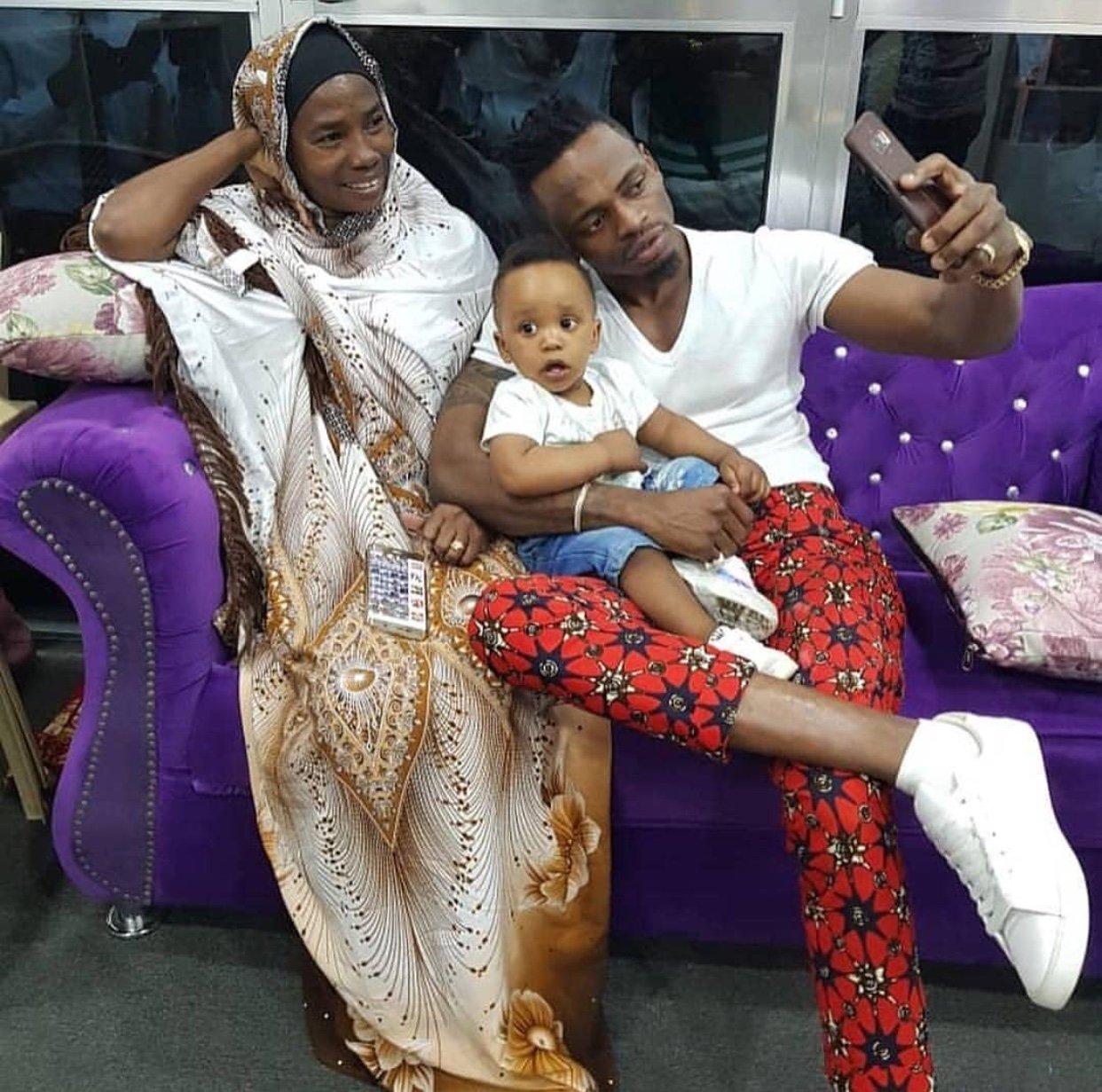Mtoto Wa Hamisa Uso Kwa Uso Na Familia Ya Diamond (picha