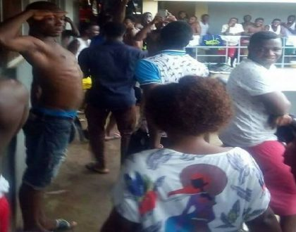 Lady receives standing ovation at male students' hostel after 'delivering good service' to boyfriend (Photos)